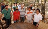 Tuzla Belediye Başkanı Dr. Şadi Yazıcı, bir ilki daha gerçekleştirdi ve seçim vaatleri arasında yer alan Gençlik Kampı'nı 150 dönümlük alanda hizmete sundu. Tuzlalı gençler, 1'er haftalık dönemlerde kamptan ücretsiz yararlanıyor.