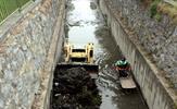 Tuzla Belediyesi, Tuzla Deresi'ni özel iş makinesi ile temizliyor.