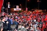 """Tuzla Belediye Başkanı Dr. Şadi Yazıcı ve Tuzlalı vatandaşlar, demokrasi nöbetine devam ediyor. Her gün demokrasi nöbeti tutan Tuzlalılar, """"Cumhurbaşkanımızın demokrasi nöbeti bitti talimatını duyana kadar burada olacağız"""" dedi."""
