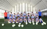 Tuzla Belediyesi Yaz Futbol Okulları'nda 297 çocuk, 4 antrenör gözetiminde ücretsiz eğitim alıyor. Çocuklara futbolun yanı sıra kişisel gelişimini sağlayan eğitimler de veriliyor.