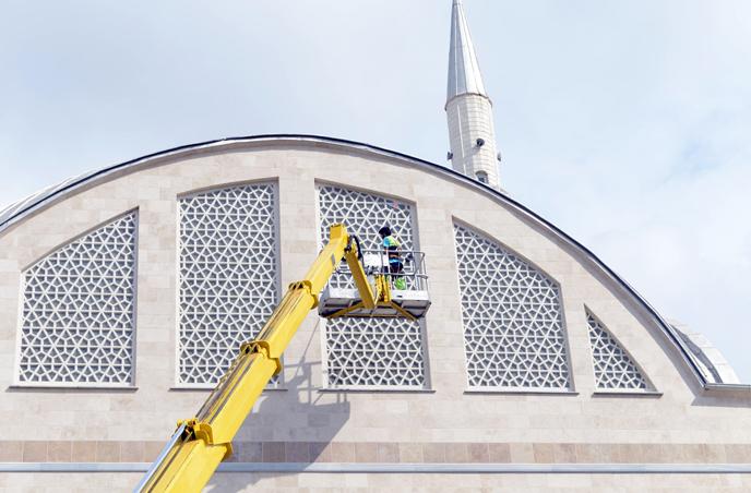 Tuzla Belediyesi, İbadethanelerin Camlarını da Temizliyor