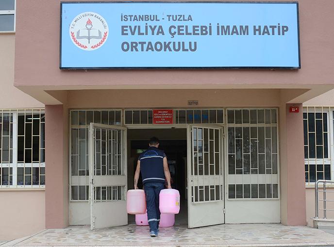 Okulları Temizleyen Tuzla Belediyesi, Temizlik Malzemesi Desteği de Veriyor
