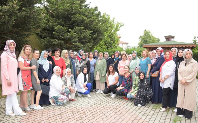 Tuzla Belediyesi Gönül Elleri Çarşısı'nda Ayın Gönüllülerine Çiçek Hediye Edildi